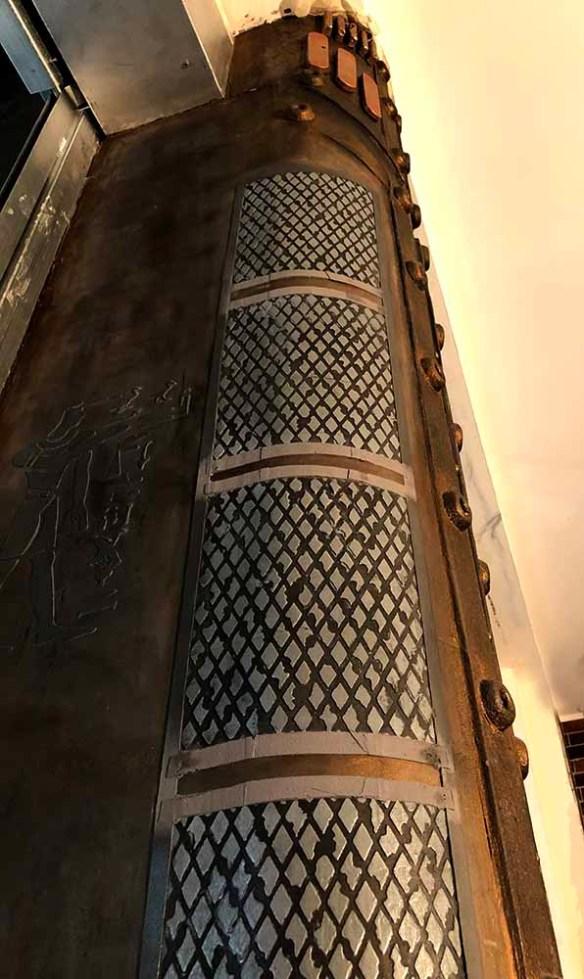 Travaux de rénovation commerce Paris avec colonne customisée