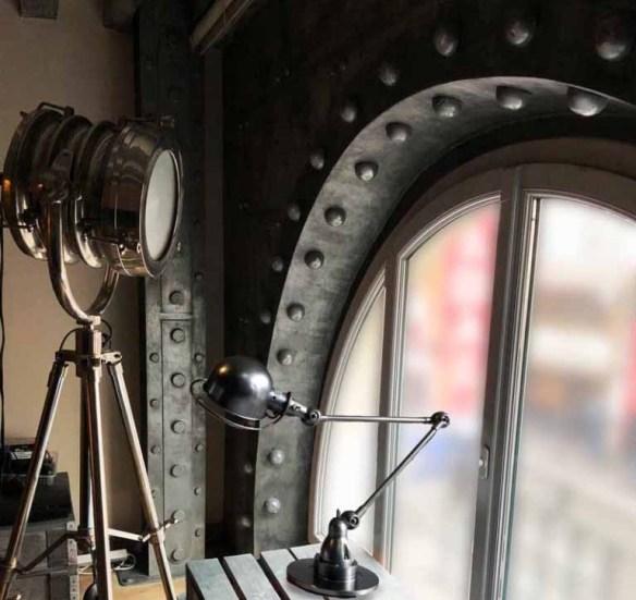 La décoration restaurant bistrot Paris avec des murs métal style industriel avec arche boulonnée