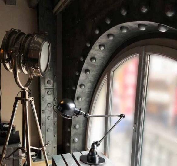 boutique style industriel avec fenêtre métal et boulonnée