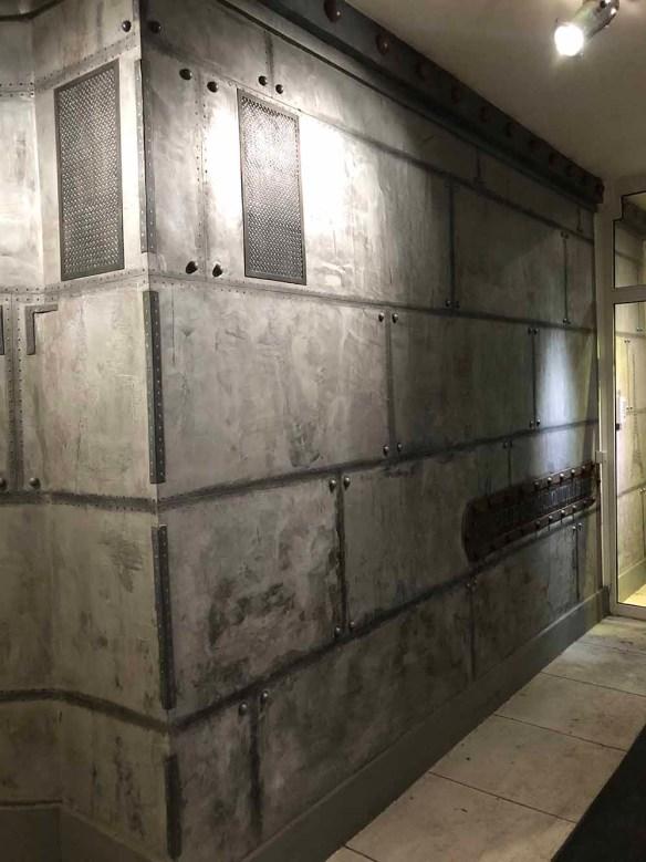 Magasins de style industriel murs metal et fausse grille en trompe l'oeil