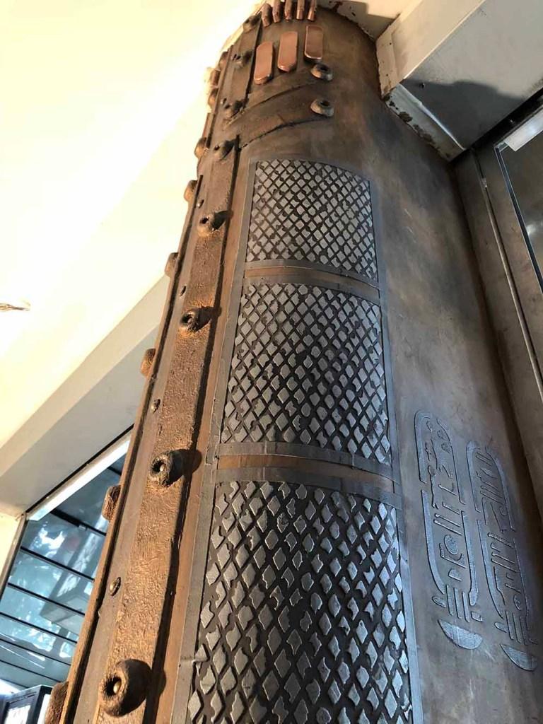 colonne style eiffel customisée en relief métal