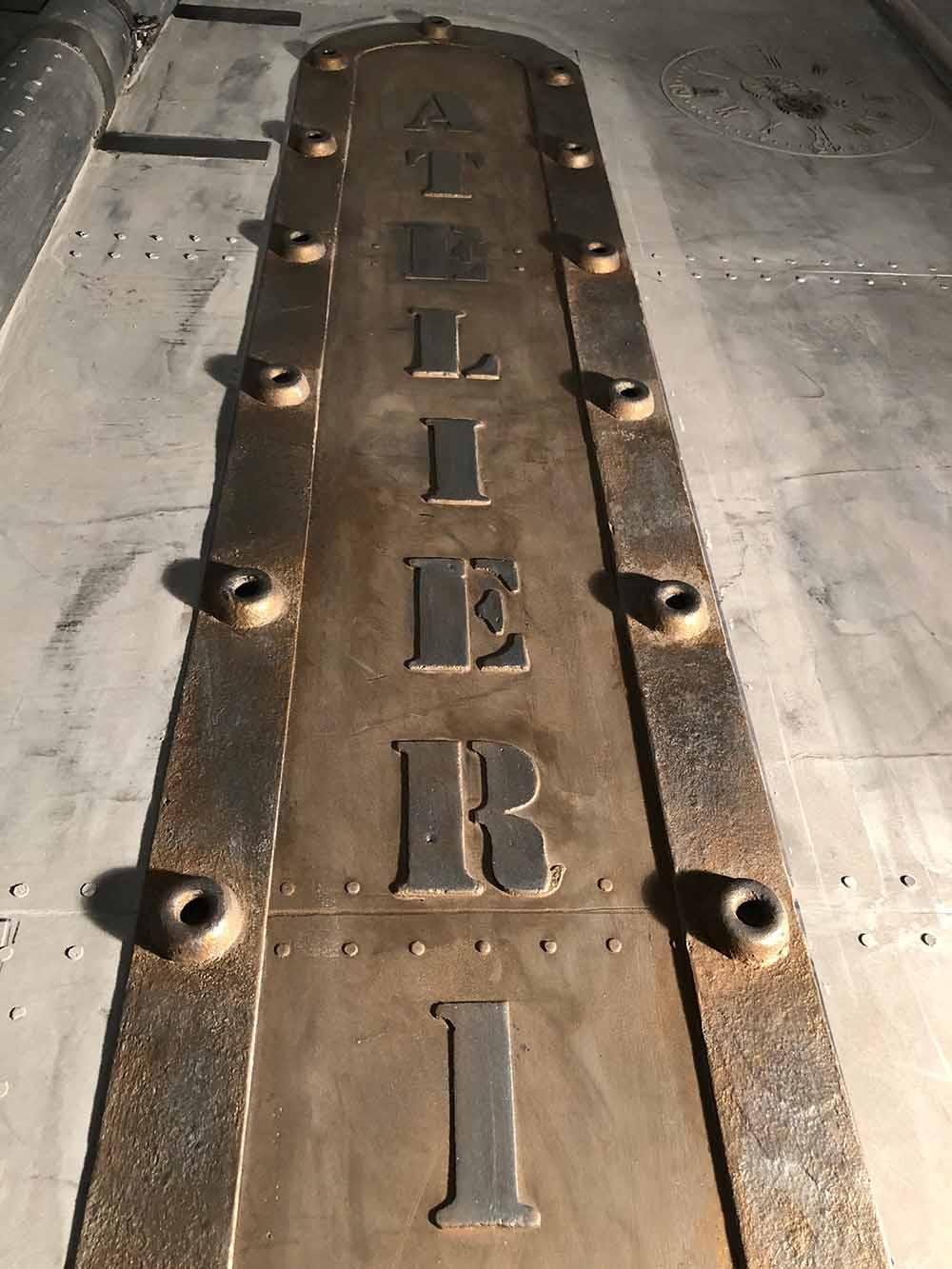 Décoration sur BA13 pour enseigne publicitaire style industriel.