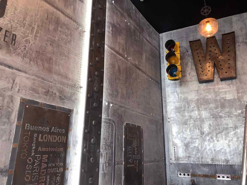 décoration industrielle appartement avec murs métal et IPN style eiffel
