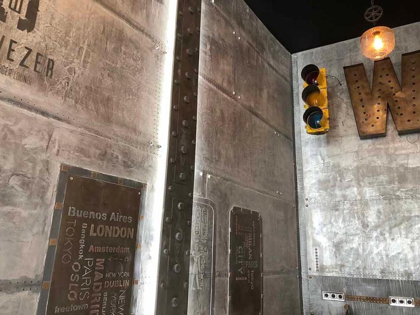 Décoration murs brasserie style industriel Eiffel