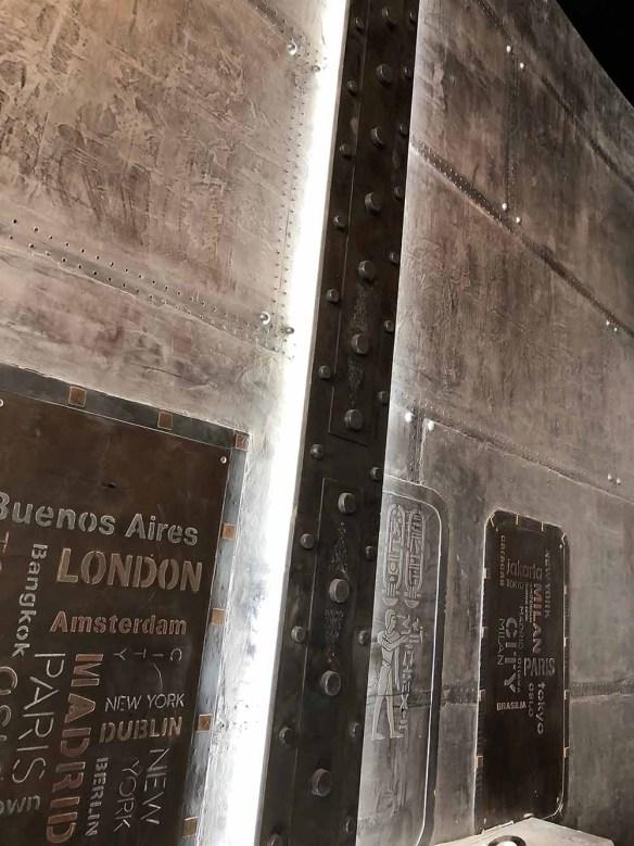 Revêtement mural style industriel avec IPN Eiffel et enseigne décorative