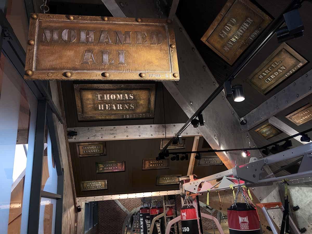 agence de décoration d'intérieur paris - A large machine in a building - Wall