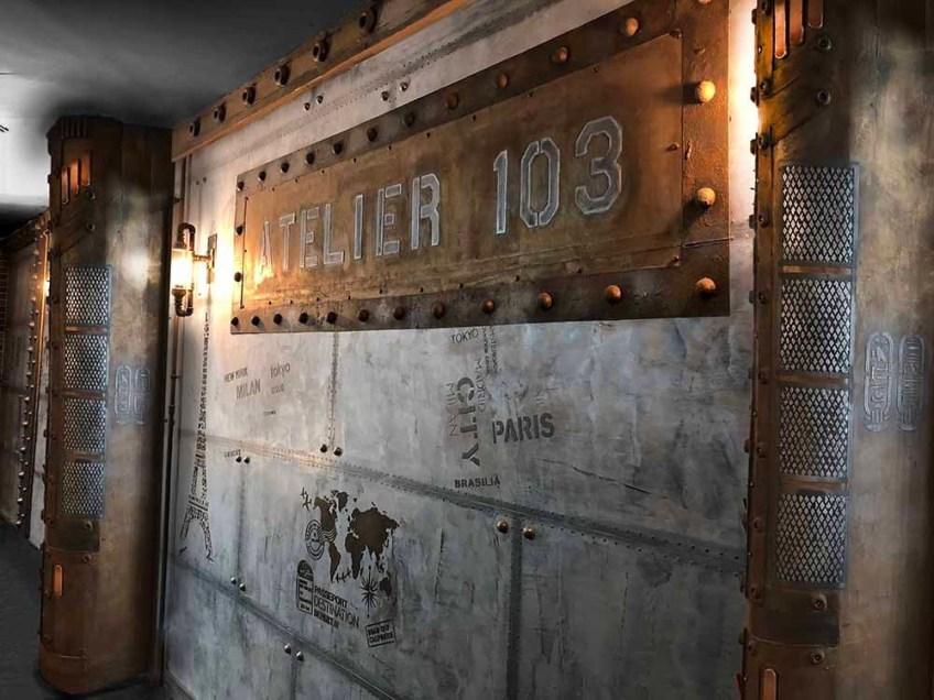 métal sur BA13 - brasserie murs métal et style Eiffel A close up of an old building - Trompe-l'œil