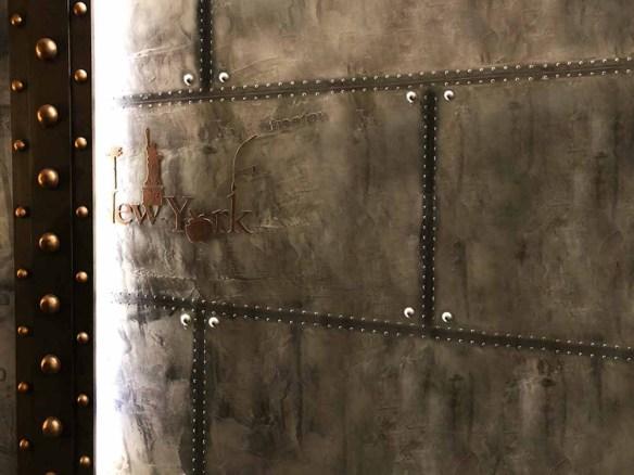 Décoration style industriel sur BA13 -IPN style Eiffel et murs métal A close up of a door - Wall