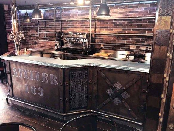 décoration comptoir de bar style industriel et style Eiffel