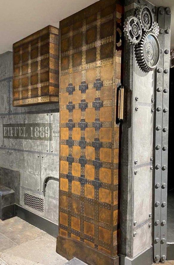 Murs de briques style industriel et murs métal boulonné sur IPN style Eiffel