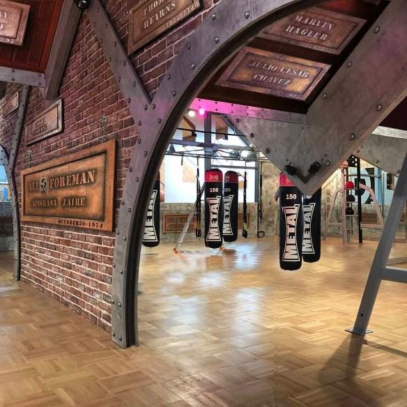 Murs métal salle de sport et IPN style industriel et Eiffel