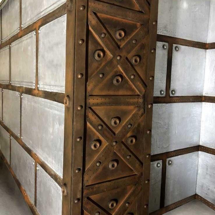 Peintre décorateur brasserie murs métal style industriel et croix style Eiffel
