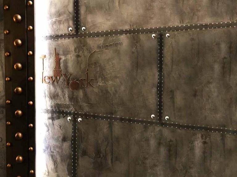 parements de briques style industriel et murs métal sur IPN style Eiffel
