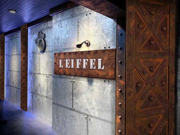 Agencement bistrot style industriel murs métal et IPN style Eiffel