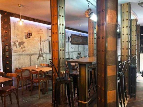 décoration chic restaurant, murs métal style industriel, imitation pierre de Paris, et IPN style Eiffel