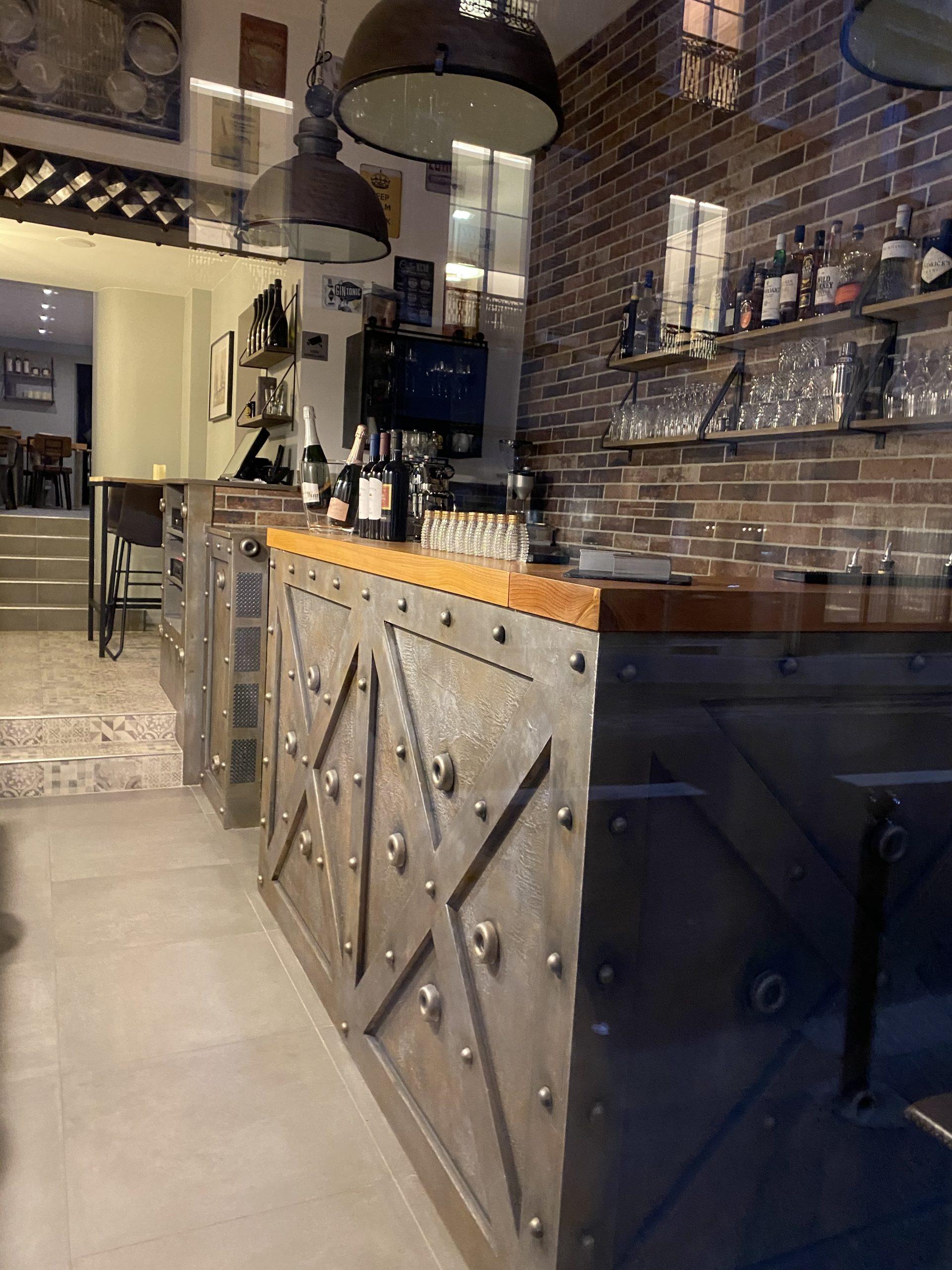 Agencement bar style industriel murs métal et IPN style Eiffel