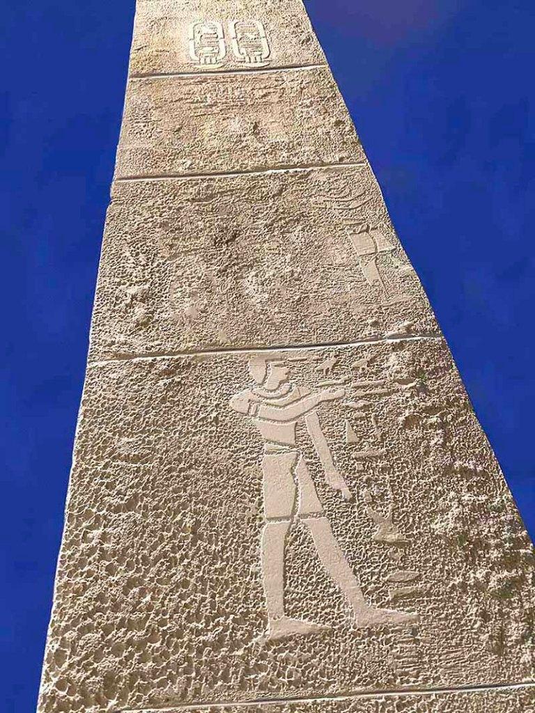 Décorateur de fausses pierres et hiéroglyphes