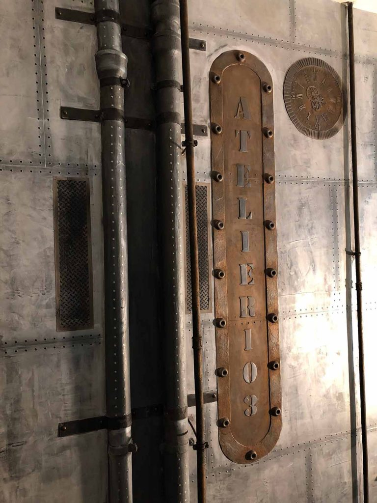 décoration hall d'entrée copropriété murs métal et IPN style Eiffel