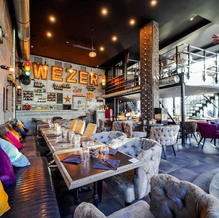 décoration restaurant traditionnel murs métal industriels et IPN style Eiffel