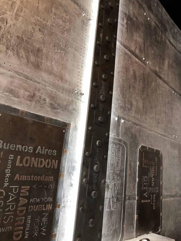 Décoration bar style industriel murs métal et IPN style Eiffel