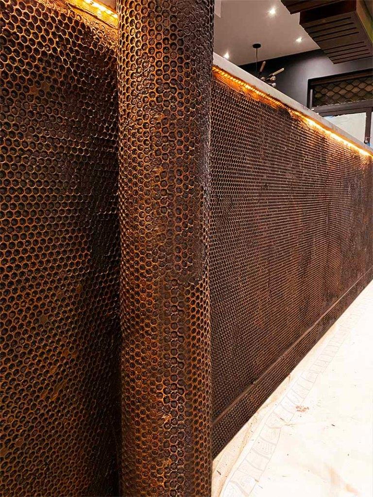 Décoration bar style industriel effet fausse grille oxydée