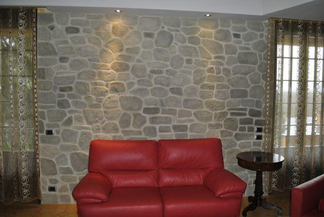 In particolare, si è soliti decorare la parete in cui poggia la testata del letto. Parete In Finta Pietra