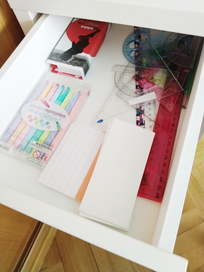 Cajón del escritorio de mi hija adolescente.