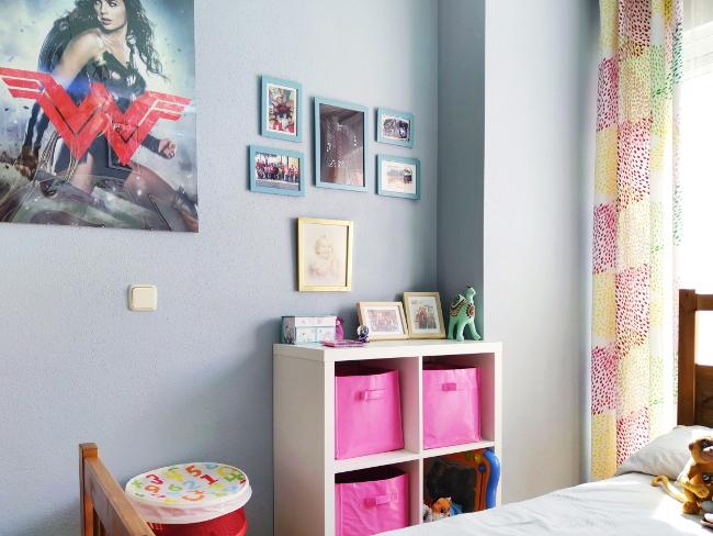 Galería de cuadros en la habitación de una chica adolescente.