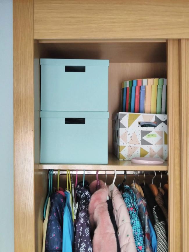 cajas de recuerdos guardadas en el armario