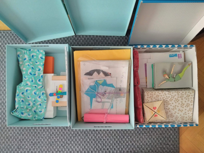 guardando recuerdos en cajas