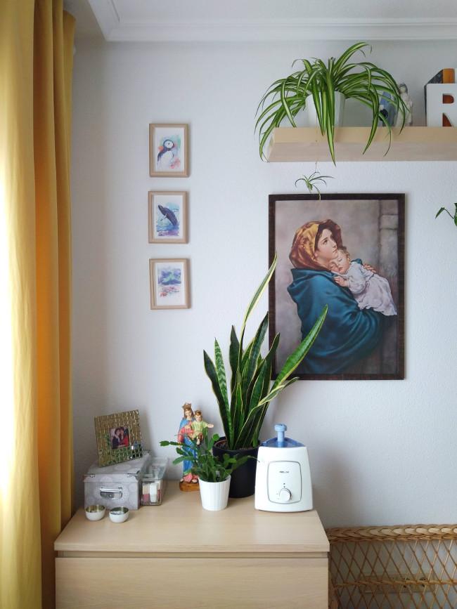 rincón con plantas y cuadros en dormitorio de matrimonio