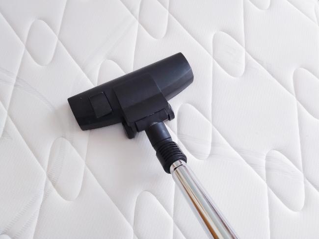 limpiando el colchón con el aspirador - limpieza de primavera