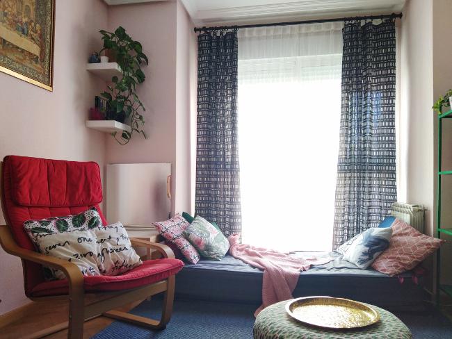 sillón y sofá con cojines