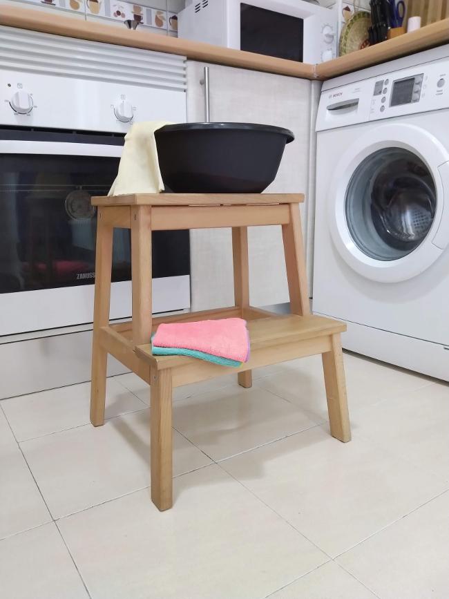 material para limpiar las encimeras y los frentes de cocina - escalera, barreño con agua jabonosa, guantes, trapos
