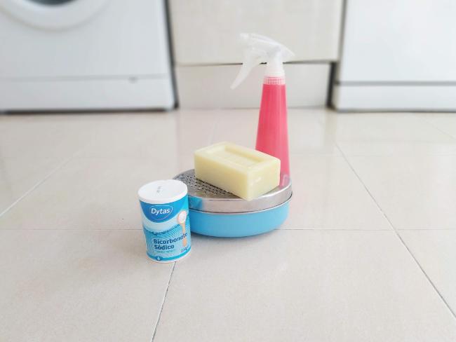 productos para limpiar el horno - agua, jabon, bicarbonato