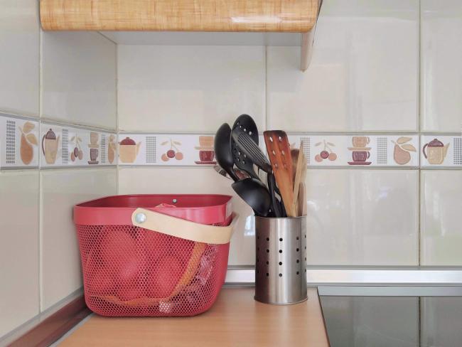 encimera de cocina con útiles a mano