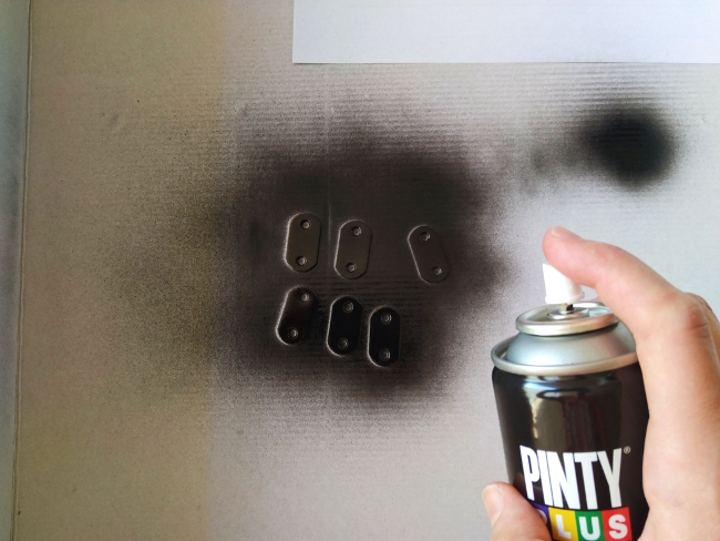 pintando las placas de unión con pintura en spray Pintyplus