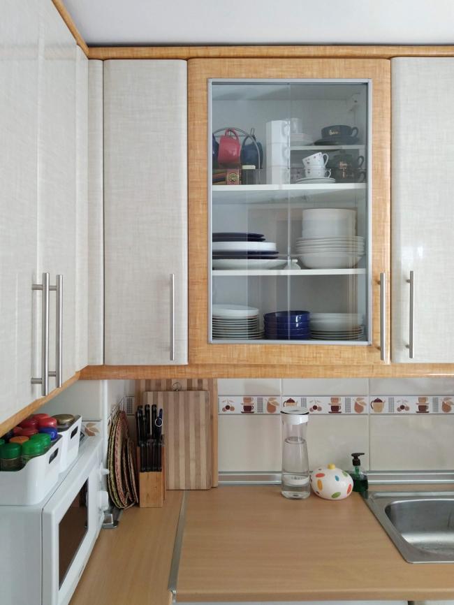 qué colocar en un armario con puerta de vidrio en la cocina