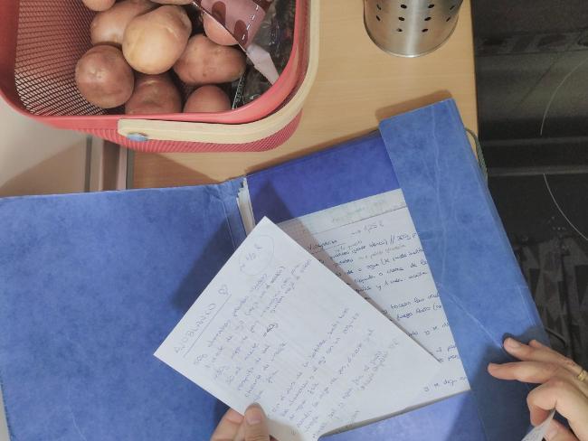 carpeta con recetas escritas a mano en hojas sueltas