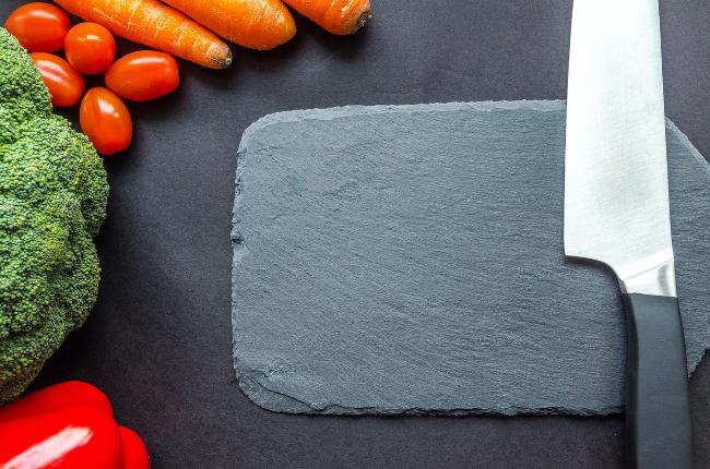 tabla de cortar de pizarra con los bordes sin pulir