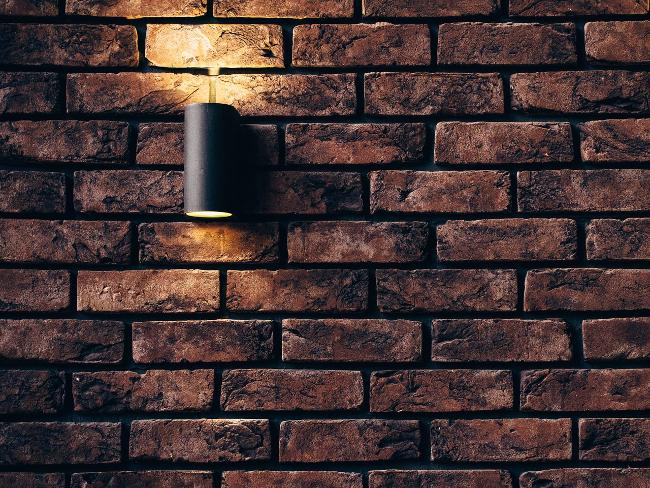 pared de ladrillos con aplique de luz