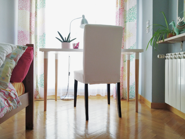 silla de escritorio sobre suelo de parquet