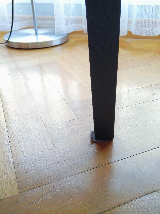 fieltro adhesivo asomando bajo la pata de la silla