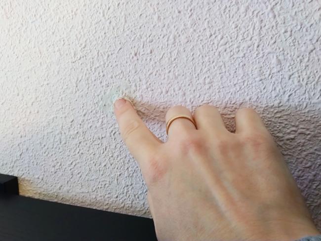 rellenando un agujero en la pared