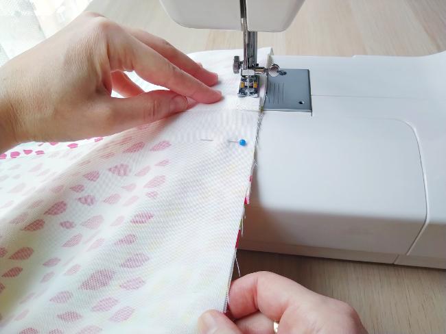 cosiendo todo el perímetro del cojín con la máquina de coser