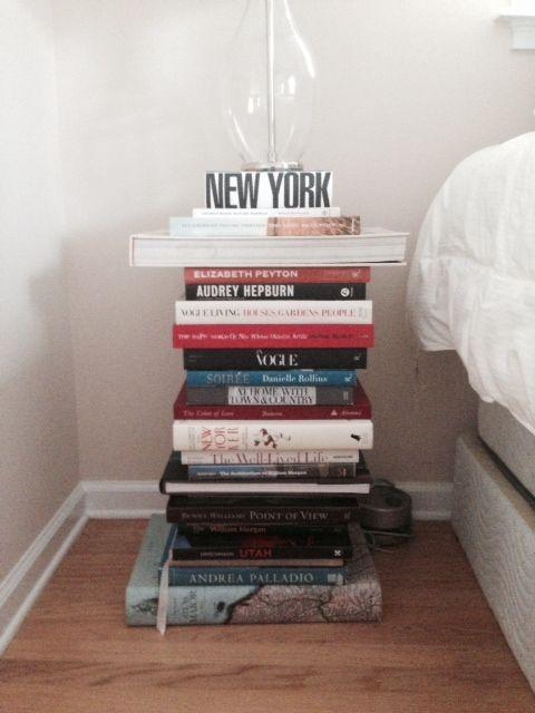 pila de libros como mesilla de noche
