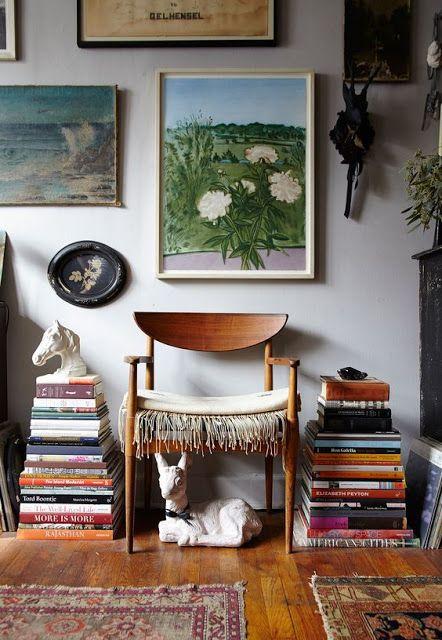 pilas de libros junto a un asiento