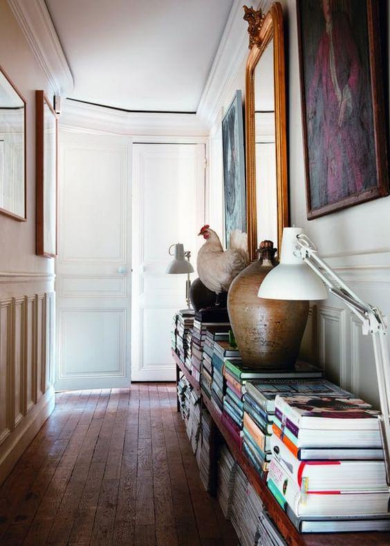 pilas de libros en el pasillo