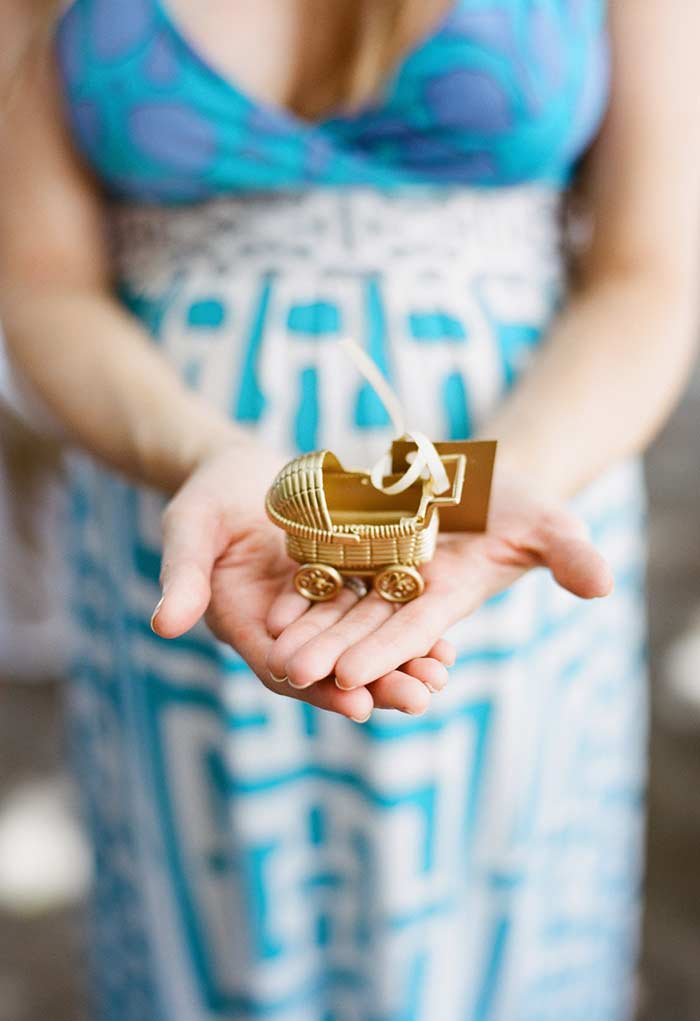 Mini carrinho de bebê de ouro como lembrancinha
