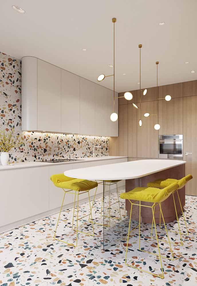 Para combinar com os detalhes do chão, as banquetas amarelas